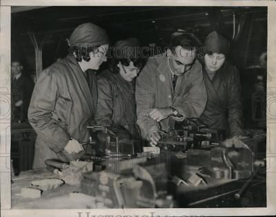 1941 Press Photo British Housewives Train as Skilled Workers Due to War