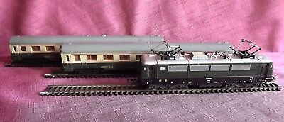 Lima Ho Vintage Electric Train Set- 2 Carriages - Neat Unit In Good Condition!