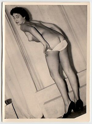 CUTE WOMAN SHOWS NUDE BUTT HÜBSCHE FRAU NACKTER PO  * Vintage 50s Photo