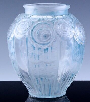 VERY NICE c1930 A HUNEBELLE FRANCE ART GLASS VASE w STYLIZED ROSES & BLUE STAIN