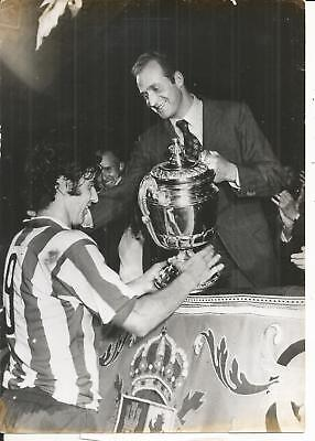 PHOTO-FOOTBALL- Atletico de Madrid - Le Roi remet la coupe - VOIR LA DESCRIPTION