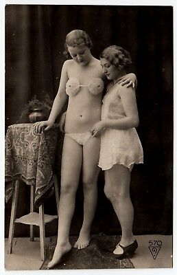 NEAR NUDE TOTALLY QUEER FREUNDINNEN * Vintage 20s BIEDERER Photo PC Lesbian Int