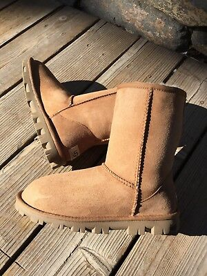 $160 UGG Australia Classic Short Essential Winter Boots Chestnut Suede Wmn 6 US