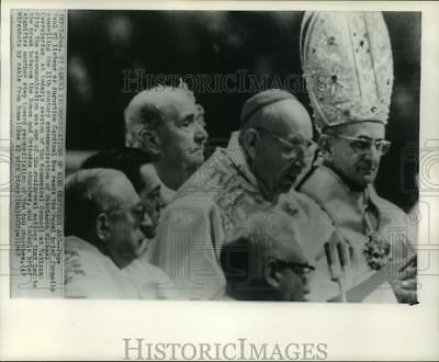 1965 Press Photo Pope Paul VI listens as Cardinal Bea reads Papal brief in Rome