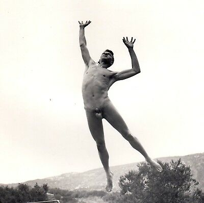 "FLYING NUDE MAN / NACKTER MANN IM FLUG FKK * Vintage ""L"" 60s US Photo Gay Int"