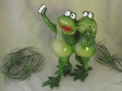 GREEN FROG COUPLE SELFIE CELL PHONE TEXTING PEACE SIGN Garden Sculpture
