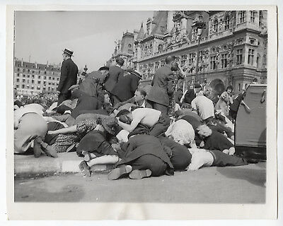 VINTAGE 1944 ICONIC Sniper Causes Parisians Take Cover Amid Celebrations Photo