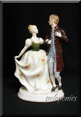 ROYAL DOULTON Young Love HN2735 - Retired 1990 - Romantic Theme Series