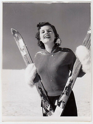 Mode WOMAN IN SKI PULLOVER FRAU MIT SKIERN Fashion * Vintage 50s Photo b SEUFERT