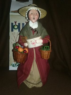 BYERS CHOICE LTD ~ WILLIAMSBURG ~ WOMAN CAROLER with baskets and Gifts ~ 2007