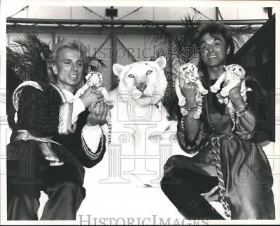 1989 Press Photo Siegfried and Roy show off white lion cubs - spp61782