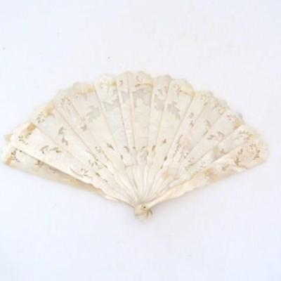 VINTAGE CARVED MOTHER-OF-PEARL FAN, CIRCA 1920s/30s