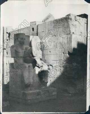 1924 Luxor Temple Egypt Student Draws King Tut From Rameses Statue Press Photo
