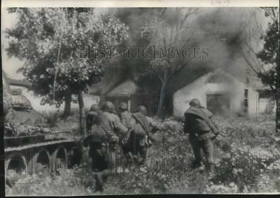 1944 Press Photo Russian army men charge against a German strong point in Lwow