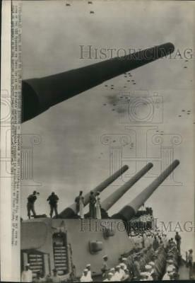 1945 Press Photo US Navy jets fly, USS Missouri as Japan surrenders, Tokyo Bay