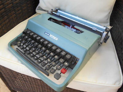 Vintage Olivetti Lettera 32 portable typewriter & case Ex. Cond. 1960s