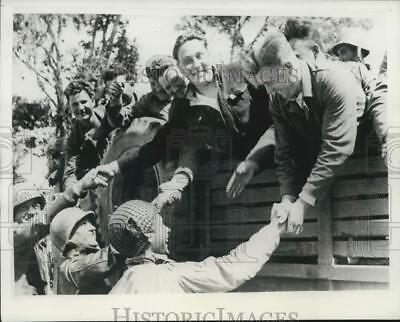 1943 Press Photo Soviet soldiers bid goodbye to American rescuers in Africa