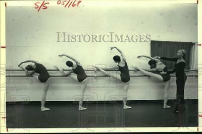 1980 Press Photo Clare Duncan students at barre - Houston Ballet Academy