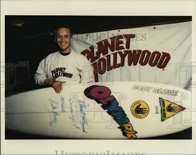 1991 Press Photo Planet Hollywood with Actor Luke Perry. - RSM08097