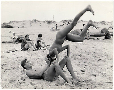 """Nudism SPORTLICHES PAAR TURNT NACKT AM STRAND * 60s US Vintage """"L"""""""
