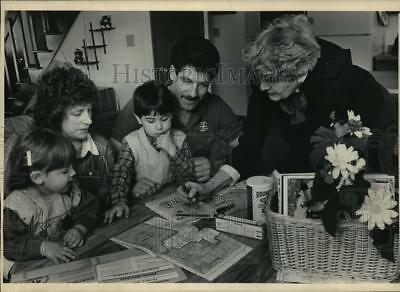 1986 Press Photo Ellen Schuster paid a Welcome Wagon visit to a family.