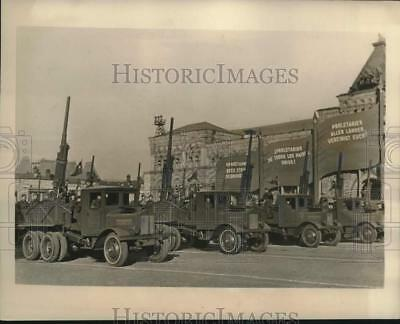 1940 Press Photo Mobile anti-aircraft units pass through Red Square in Moscow