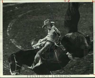 1977 Press Photo Bobby Berger Rides at Houston Livestock Show and Rodeo