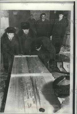 1966 Press Photo Box containing body of Newcomb Mott taken to Moscow airport