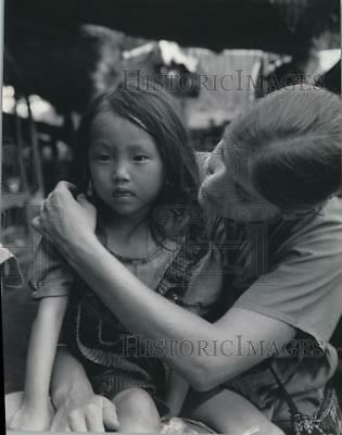 1985 Press Photo Nurse Beverly Martin of Wisconsin cares for a child in Thailand
