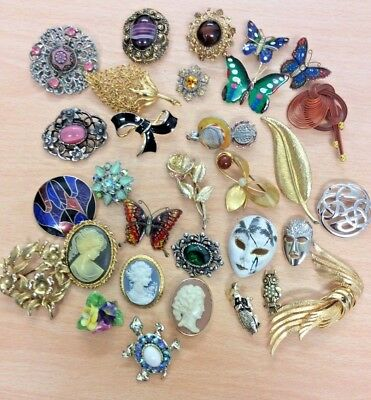 GREAT JOB LOT OF 31 VINTAGE COSTUME BROOCHES ALL GOOD 1950's - 1980's 365 g
