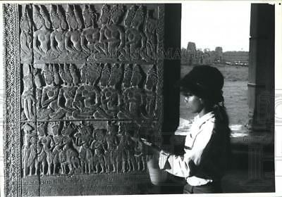 1989 Press Photo worker applies chemicals at Angkor Wat, Cambodian Temple