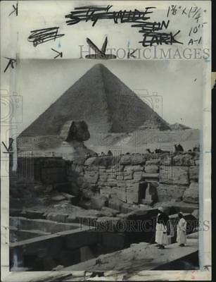 1954 Press Photo View of the Sphinx in front of the Great Pyramid of Giza, Egypt