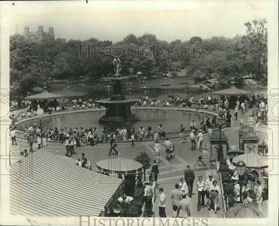 1975 Press Photo Bethesda Fountain in Central Park is popular sight in New York