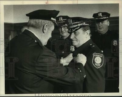 1985 Press Photo Retiring Albany, New York Police Chief pins badge on new chief