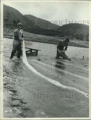 1962 Press Photo A method of dyeing silk cloth dates back to the fifth century.