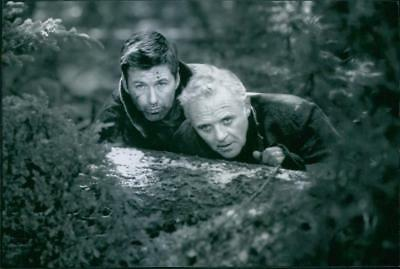 Alec Baldwin and Anthony Hopkins in the film The Edge, 1997. - Vintage photo