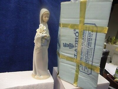 """Lladro - Girl with Calla Lillies  #4650. 9"""" mint in box"""