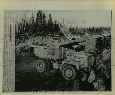 1974 Press Photo Construction of the trans Alaska pipeline in Five-Mile Camp