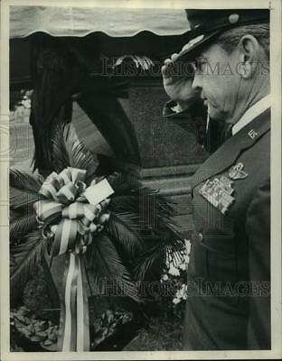 1973 Press Photo US Army officer salutes grave of 21st US President in New York