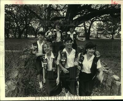 1984 Press Photo Girl Scout Troop 722 hiking at the City Park Trail - nob25057