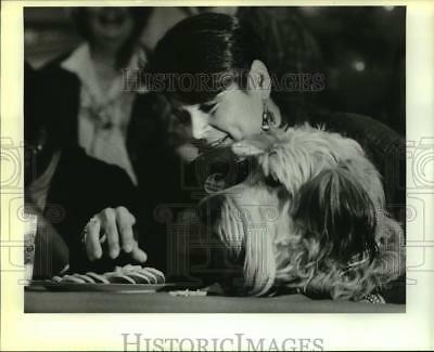 1988 Press Photo Linda Tafolla & Dog Eat Cookies at Celebrity Girl Scout Event