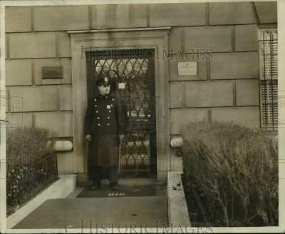 1967 Press Photo A policeman guarding at Yugoslav Consulate in New York City