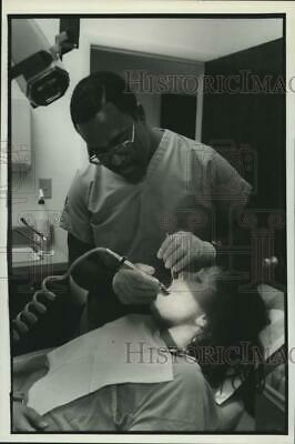 1992 Press Photo Dentist Alvin Holmes with Patient Deya Burns at Office
