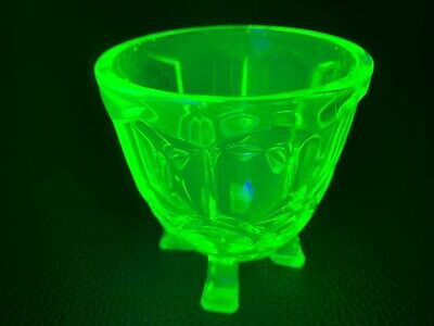 ART DECO 1930's GREEN URANIUM GLASS POSY VASE ROCKET SHAPE VASE BOHEMIAN/ CZECH