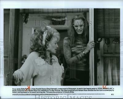1989 Press Photo Dolly Parton and Daryl Hannah star in Steel Magnolias.