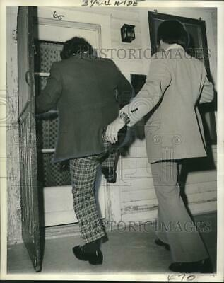 1973 Press Photo Police officers kick a door before drug arrests were made