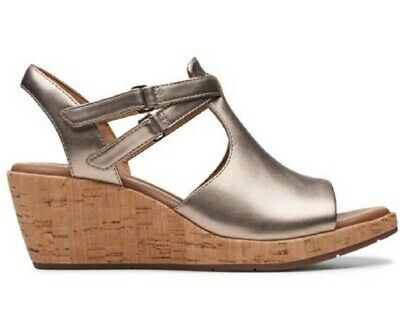 d427bef238 Clarks 26141648 Women's Un Plaza Way Gold Metallic Leather Wedge Sandals