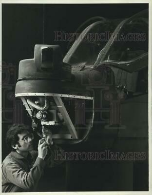 1985 Press Photo Northrop Technician with Army AH-1S Cobra Helicopter