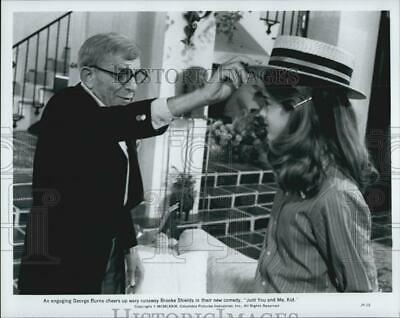 """1979 Press Photo Brooke Shields & George Burns In """"Just You and Me Kid"""""""