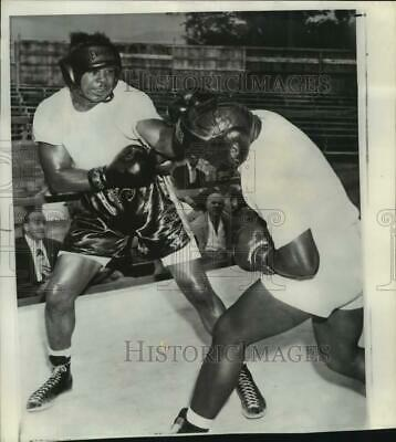 ROCKY MARCIANO vs ARCHIE MOORE 8X10 PHOTO BOXING PICTURE